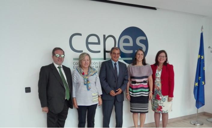 La primera dama de Costa Rica, Mercedes Peñas, visita la sede de CEPES